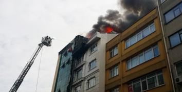 İstanbul'da alüminyum şirketinin çatısı alev alev yandı, çalışanları gözyaşı döktü