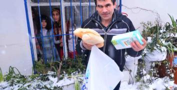 Evinden çıkamayan engelli ve yaşlılara ekmek ve süt yardımı
