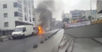 Esenler'de park halindeki minibüs alev alev yandı
