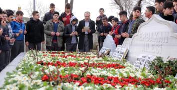 Erbakan mezarı başında dualarla anıldı