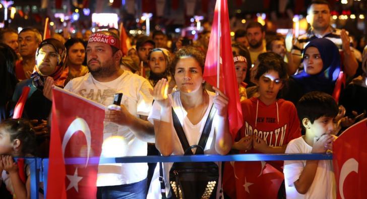 Esenler'de vatandaşlar 15 Temmuz şehitleri için dua etti