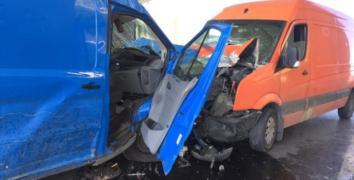 Esenler'de 2 ticari minibüs kafa kafaya çarpıştı: 2 yaralı