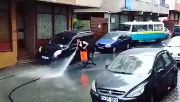 Esenler sokaklarını dans ederek temizliyor