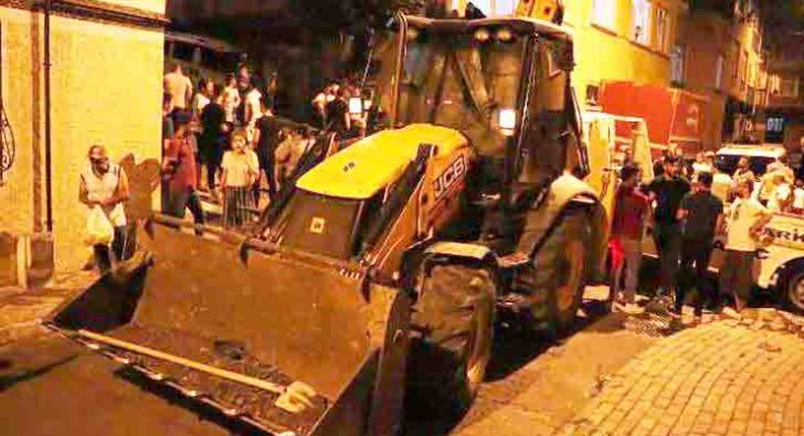 Esenler'de kaldırıma çıkan iş makinası otomobillere çarptı