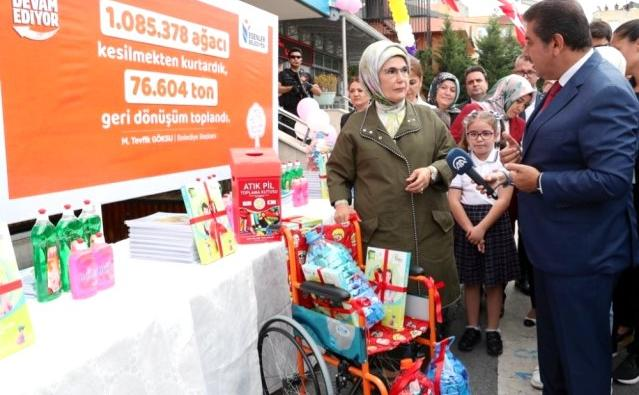 Emine Erdoğan, Esenler'de öğrencilere atıktan üretilen defter dağıttı