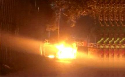 Esenler'de park halindeki araç alev alev yandı