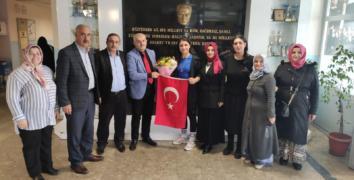 ESDEF Dünya Şampiyonu Kıyak'ı evinde tebrik etti