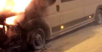 Esenler'de park halindeki servis minibüsü alev alev yandı