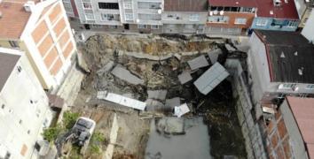 Esenler'de bir inşaatın istinat duvarının yıkılmasıyla yol çöktü