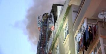 Esenler'de çatı katında çıkan yangın vatandaşları sokağa döktü