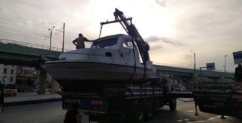 Esenler'de tekne viyadüğe takıldı