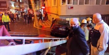 Esenler'de otomobil önce park halindeki araçlara ardından duvara çarparak durdu